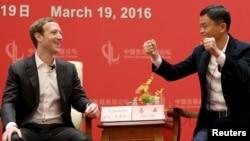 在北京的中國發展論壇會議上,臉書公司創辦人和CEO扎克伯格看著馬雲講話資料圖(2016年3月19日)