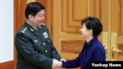 박근혜 한국 대통령이 4일 청와대에서 창완취안 중국 국방부장을 접견하기에 앞서 악수하고 있다.