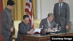 卡特与邓小平签署美中建交公报 (图片来源:美国国家档案局NARA)