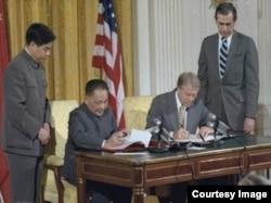 卡特与邓小平签署美中建交公报(图片来源:美国国家档案局NARA)