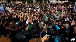 Menurut analis politik Hisham Kassem, penundaan pemilu parlemen bisa merugikan partai-partai berhaluan Islam yang mendominasi pemerintah, termasuk sayap politik Ikhwanul Muslimin, dan mengurangi dukungan rakyat sambil masalah ekonomi dan keamanan bertambah (foto, 24/3/2013).
