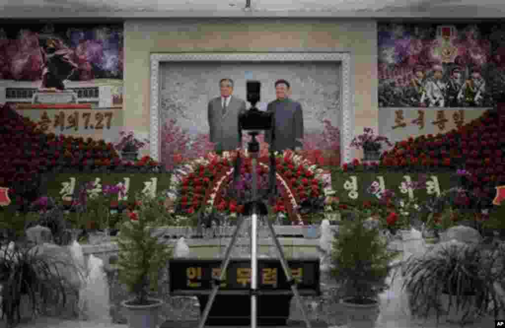 24일 정전 60주년을 기념하는 북한 평양의 전승절 행사장에 김일성.김정일의 초상화가 전시되어 있다.