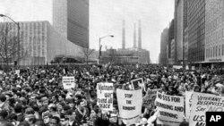 1967年4月15日,数千人聚集在纽约的联合国广场,举行示威反对美国卷入越战