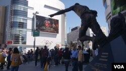 Crowd 史铁波斯中心球场外的球迷和示威者(美国之音国符拍摄)