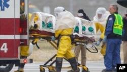 Petugas kesehatan AS saat mengangkut dokter Martin Salia menuju rumah sakit di Omaha, Nebraska, AS (15/11).