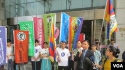 台湾公民团体前往英国驻台代表处抗议(美国之音张永泰拍摄)