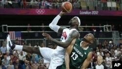 Derrick Obashohan, de Nigeria, solo observa sin poder evitar la anotación de LeBron James, durantae el juego que Estados Unidos ganó por una diferencia de 84 puntos.