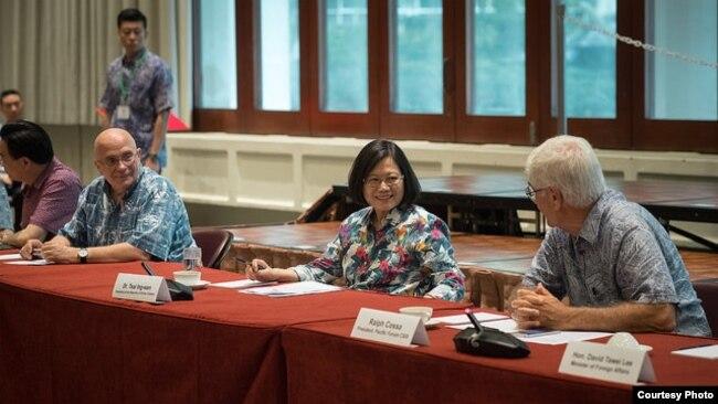 當地時間2017年10月28日,台灣總統蔡英文在夏威夷和美國學者進行座談。 (台灣總統府提供)