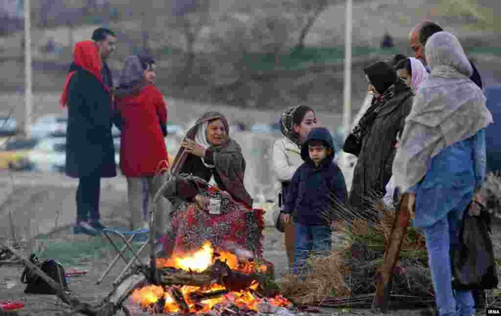 قبل از اینکه در سالها اخیر چهارشنبه سوری به محلی برای ترقه بازی تبدیل شود، سالها نشست کنار آتش، نوشیدن چای و گپ زدن، رسم قالب چهارشنبه سوری بود. عکس: سید مصلح پیر خضرانیان