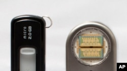 The drug delivery device (on right) next to an everyday computer memory stick.
