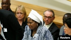 Un porte-parole de la présidente de la Comission de l'UA, Nkosazana Dlamini Zuma (au c.) a évoqué la satisfaction de l'organisation face au progrès dans la transition au Burkina Faso (Reuters)