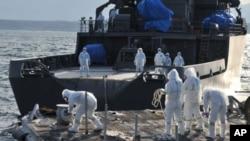 工作人員在福島核電站外圍繼續監測核輻射水平