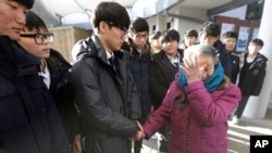 អ្នកស្រី Park Ok-seon (រូបស្តាំ) ដែលជាអតីតទាសករផ្លូវភេទសម្រាប់កងទ័ពជប៉ុនក្នុងសង្រ្គាមលោកលើកទី២ ជូនទឹកភ្នែករបស់គាត់ នៅក្នុងក្រុង Gwangju ប្រទេសកូរ៉េខាងត្បូង កាលពីថ្ងៃទី២៩ ខែធ្នូ ឆ្នាំ២០១៥។