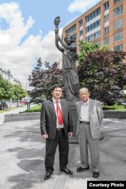 Tiến sĩ Cù Huy Hà Vũ và Nhà báo Bùi Tín tại tượng đài tưởng niệm nạn nhân Cộng Sản. (Hình: Nguyễn Quốc Khải)
