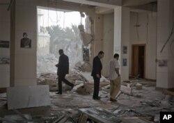 Des reponsables gouvernementaux libyens conduisant des journalistes sur le site présumé d'un raid de l'OTAN