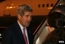 克里国务卿与美国大使馆官员 (美国之音莉雅拍摄)
