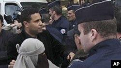 Paris'de peçe yasağına uymadığı için polisler tarafından götürülen bir kadın