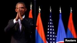 바락 오바마 미국 대통령이 6일 동남아시아국가연합(아세안) 정상회의가 열리는 라오스 수도 비엔티안 국립문화회관에서 연설한 뒤 현지 전통방식으로 인사하고 있다.