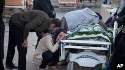Porodica žali nad telom žrtve nastradale u zemljotresu, na fotografiji agencije Tasim, u Sarpol-e-Zahabu, zapadni Iran, 13. novembra 13, 2017.