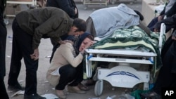 Había mujeres llorando y rezando mientras los trabajadores encontraban nuevos cuerpos entre los escombros de bloques de apartamentos en la ciudad kurda de Sarpol-e-Zahab y utilizaban mantas pesadas para trasladar los cadáveres.