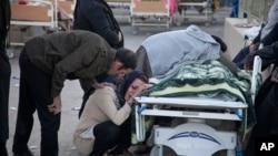 塔斯尼姆通讯社提供的照片显示,一名地震遇难者的亲属在哭泣(2017年11月13日)