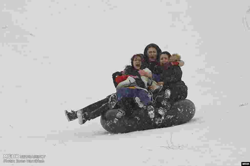 سلفی در برف. بارش برف در همدان موجب شده خیلی ها در سطوح شیب دار، تیوب سواری کنند. عکس: ایمان حامی خواه
