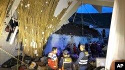 Dinding hotel Alhambra di kota Abancay, Peru, yang ambruk pada hari Minggu (27/1).