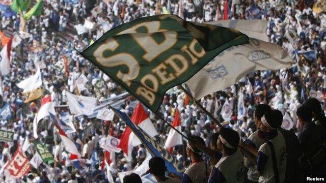 Para pendukung presiden SBY dan wapres Budiono bersorak sorai saat kampanye pemilihan Presiden tahun 2009 (Foto: dok). Pemerintah Indonesia mengembangkan Indeks Demokrasi Indonesia (IDI) untuk mengukur kemajuan demokrasi dalam konteks Indonesia.