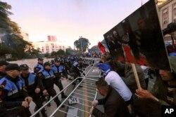 Demonstranti pokušavaju da probiju policijski kordon tokom anti-vladinih protesta u Tirani, 11. maja 2019.