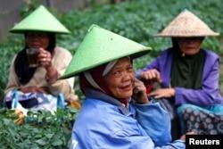 Petani lansia sarapan di lahan pertanian di kawasan pegunungan Dieng di Banjarnegara, Provinsi Jawa Tengah, 15 November 2020. (REUTERS/Willy Kurniawan)