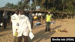 Pasukan keamanan Pantai Gading memeriksa barang bukti di lokasi serangan di Grand Bassam, Minggu (13/3).