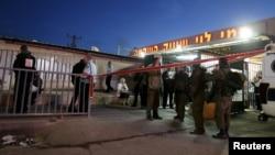 Pasukan Israel mengamankan lokasi penikaman di supermarket dekat Ramallah, Tepi Barat, Kamis (18/2).