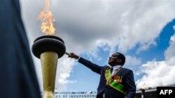 Mutungamiri wenyika VaEmmerson Mnangagwa vachibatsidza rimi remoto werusununguko gore rapera kunhandare yeNational Sports Stadium.