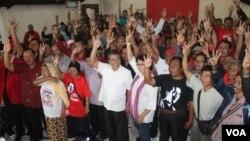 Warga dan pendukung Joko Widodo menggelar acara nonton bersama pelantikan Presiden ketujuh dan wakilnya Jusuf Kalla di kantor PDIP Jatim di Surabaya (20/10). (VOA/Petrus Riski)