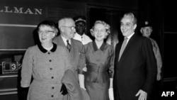 Президент США Гарри Труман (второй слева)