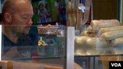 Salah seorang pemilik usaha kecil yang memiliki bisnis toko roti (foto: ilustrasi).