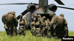 2013年7月8日﹐日本陸上自衛隊第1空降旅的士兵準備登上一架CH-47型直升機在西東京裾野市進行降落傘降訓練。