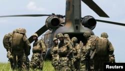 日本地面自卫队第一空降旅的士兵在军事演习中