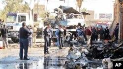 3月20号,伊拉克官员在巴格达南部检查一起汽车炸弹爆炸案现场