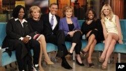 """El presidente Obama continuó ayer su tour político en el programa """"The View"""" de la cadena ABC. De izquierda a derecha, Whoopi Goldberg, Barbara Walters, el presidente, Joy Behar, Sherri Shepherd and Elisabeth Hasselbeck."""