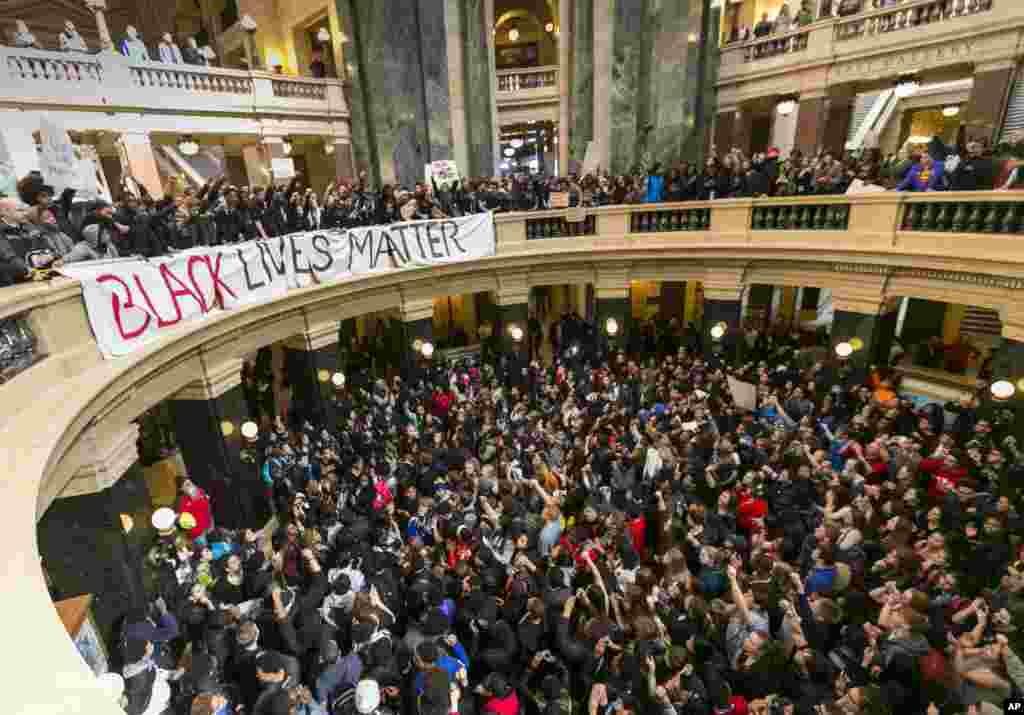 تظاهرکنندگان در روز ۱۸ اسفند ۱۳۹۳ (۹ مارس ۲۰۱۵) در ساختمان کنگره ایالتی در مدیسون، ویسکانسین، حاضر شده و نسبت به تیراندازی به تونی رابینسون اعتراض کردند. رابینسون ۱۹ ساله، به ضرب گلوله مامور پلیسی که به زور وارد آپارتمان وی شده بود از پای درآمد. پلیس میگوید رابینسون به مامور پليس حمله کرده بود.