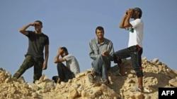 Các chiến binh phe nổi dậy tại chiến tuyến al-Qawalish sau trận giao tranh với lực lượng trung thành với ông Gadhafi