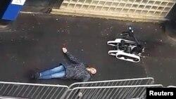 La police française recourt à un robot pour inspecter le corps de l'homme abattu devant le commissariat de la police, à Paris, France, 7 janvier 2015