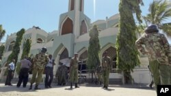 Kenya polisi washika zamu mbele ya Msiti Musa, mtaa wa Majeng, Mombasa