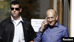 Cựu Thủ tướng Israel Ehud Olmert bên ngoài Tòa án sau phiên xử tại Jerusalem, ngày 24/9/2012