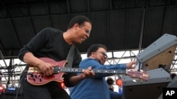 Bassist Stanley Clarke & keyboardist George Duke (2006 file photo)