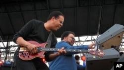 Bassist Stanley Clarke & keyboardist George Duke (2006 file photo)