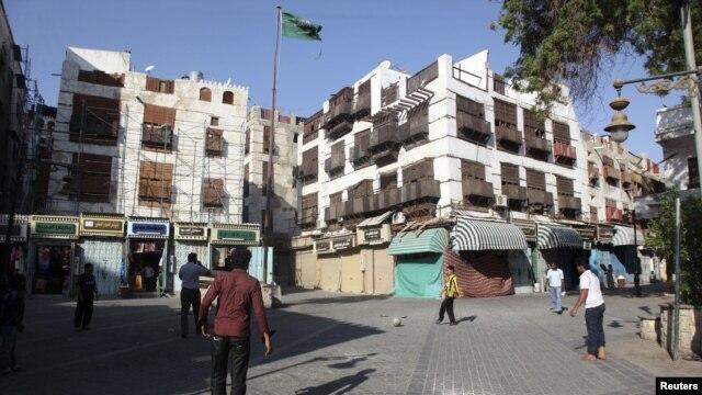Warga bermain bola di daerah kota tua bersejarah di Jeddah, Arab Saudi (1/1). (Reuters/Susan Baaghil)