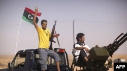 Một chiến binh phe nổi dậy tại 1 trạm kiểm soát giữa Tarhouna và Bani Walid, Libya, Chủ nhật, 4/9/2011