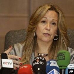 Trinidad Jimenez, ministre espagnole des Affaires étrangère, s'adresant à la presse à Abu Dhabi